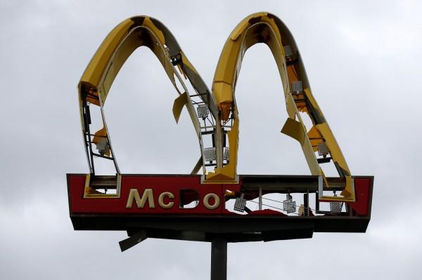 麥當勞招牌經歷颶風後殘破不堪。(路透)