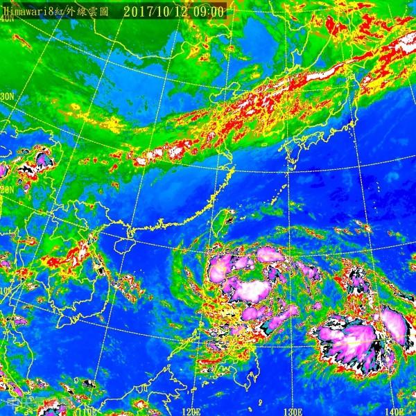菲東熱帶性低氣壓,有機會在這一兩天內發展成為颱風「卡努」,其外圍的水氣配合東北風,會持續影響台灣的北部及東半部。(圖擷取自中央氣象局)