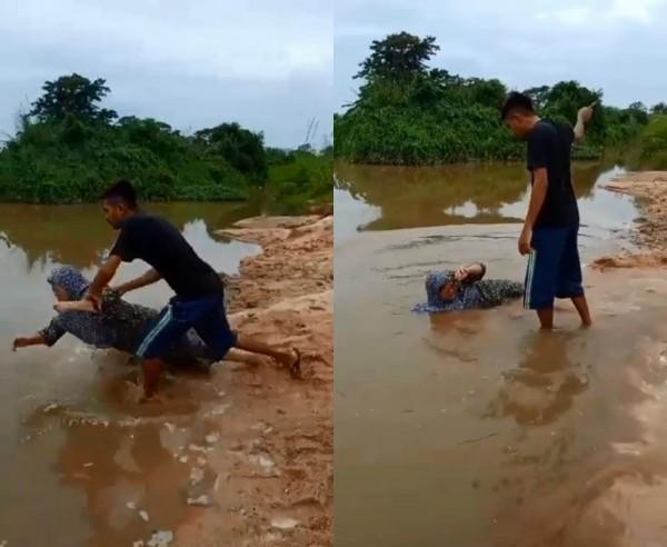 影片中可以見到男子將母親推入河中。(圖片擷取自Mohd Firdaus臉書)