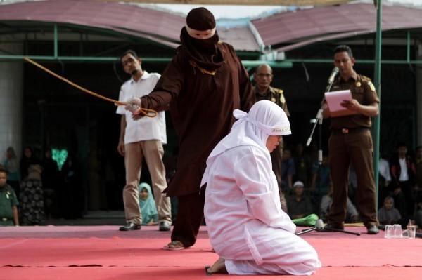 全世界目前有30個國家或地區有鞭刑,包括新加坡、卡達、沙烏地阿拉伯、印尼亞齊省、伊朗等,多為英國前殖民地。(歐新社)