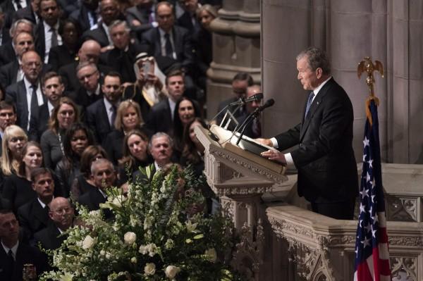 小布希发表悼文与父亲道别。(欧新社)