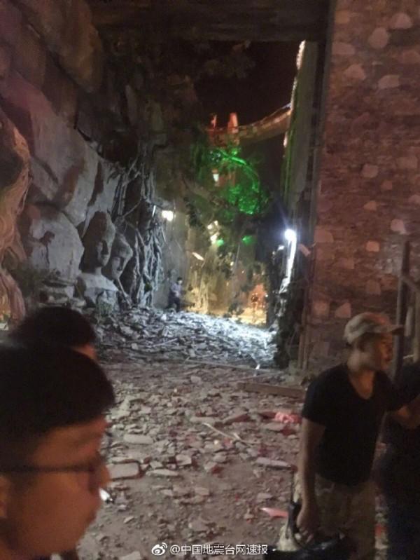 中國民政部國家減災中心估計,次地震可能造成2.4萬間房屋倒塌、11.2萬間房屋損毀。(圖擷取自微博)
