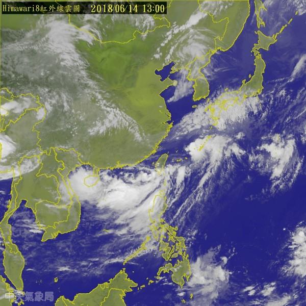 台灣海面附近有個熱帶性低氣壓,外界關注它是否會發展為颱風。(圖擷取自中央氣象局)