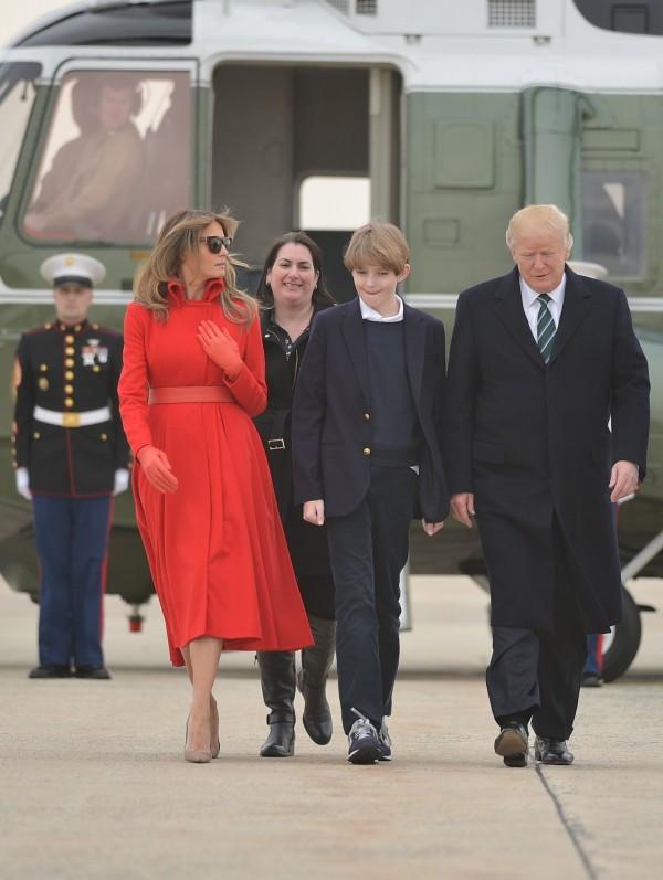 川普昨(18)日偕其妻子梅蘭妮及兒子到佛州棕櫚灘度假。(法新社)
