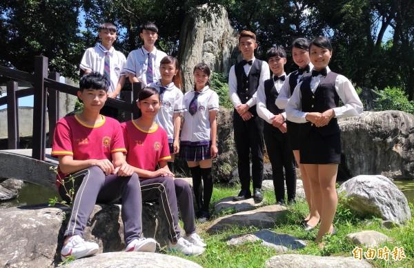 虎尾大成商工制服由學生自行設計,曾在高校制服票選拿下雲林縣第一名。(記者廖淑玲攝)