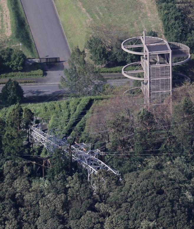 千葉縣是最嚴重的受災區,當地有2座電塔遭強風吹垮。(法新社)