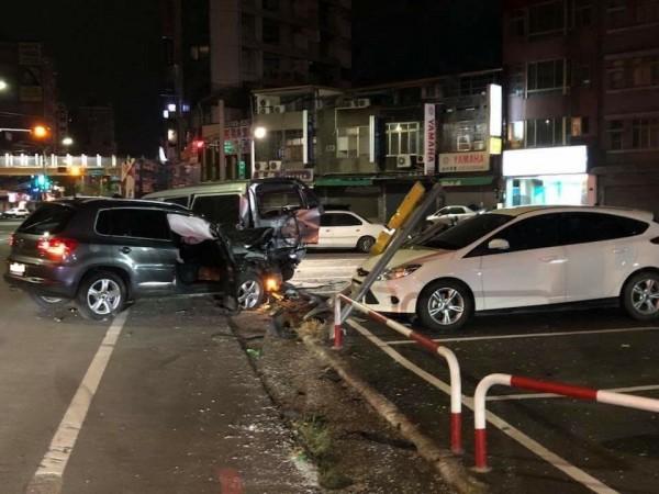 駕駛休旅車的男子行經該路口,疑似車速過快,導致車輛在小幅度過彎時反應不及,直接失控偏右,撞上停放在路邊一整排的汽機車。(記者王駿杰翻攝)