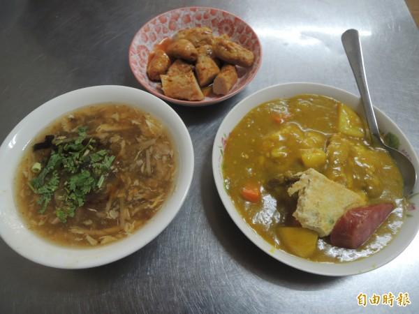 后里紅豆阿嬤咖哩飯,搭配香菇肉羹、黑輪,料多味美。(記者張軒哲攝)