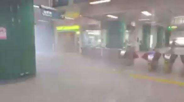 強風不斷把雨帶進新店捷運站內,現場宛如上演「明天過後」。(圖擷自爆料公社)