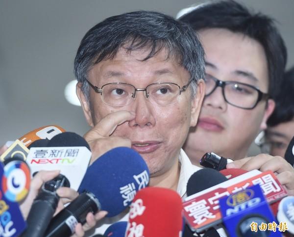 台北市長柯文哲22日出席公共安全督導會報,會前受訪。針對有精神科醫師指有「戀母情結」, 柯P反譏:他有牌照嗎(記者廖振輝攝)