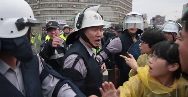 民眾錄影指出,員警蕭湘瀚以言語挑釁反核人士。(圖擷取自YouTube)