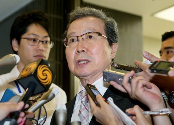 日本外交部9日召見程永華,指責中國無視抗議,不過程永華仍持「釣魚台是中國固有領土」的說法來反駁,稱中國船隻在相關海域進行活動是理所當然。圖為程永華會後接受媒體訪問。(法新社)