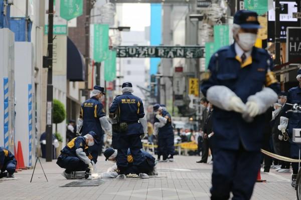 東京警視廳在案發當場拉起封鎖線,積極尋找犯案者線索。(法新社)