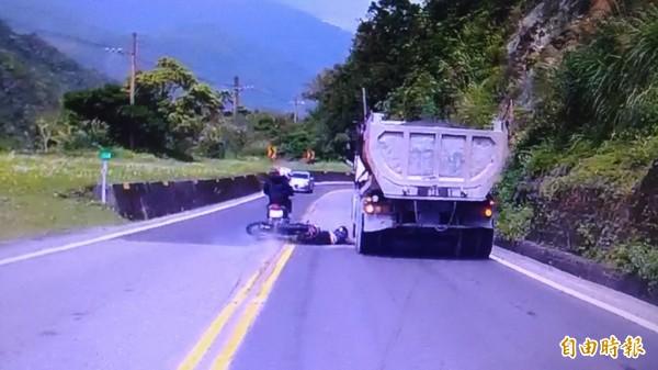 今年4月3日,何男和好友環島行經蘇花公路,違規超車自摔,慘遭輾斃。(資料照)