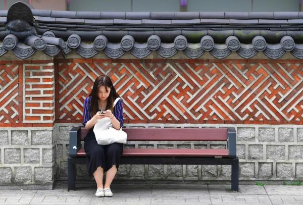 最近哈韓的人越來越多,許多台灣人喜歡到韓國玩。(法新社)