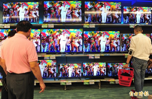 NCC表示,這次行政計劃重點之一是解除有線電視實施二十多年來的基本頻道收費上限管制,讓業者能夠因應消費者的需求,提供更好的基本頻道服務。圖為大賣場電視牆。(資料照,記者簡榮豐攝)
