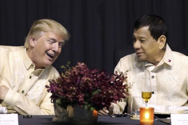 美國總統川普與菲律賓總統杜特蒂今(13)日首度會面,兩人面談約40分鐘,川普表示,兩人關係絕佳,更稱讚由杜特蒂籌畫的峰會「很完美」。(美聯社)