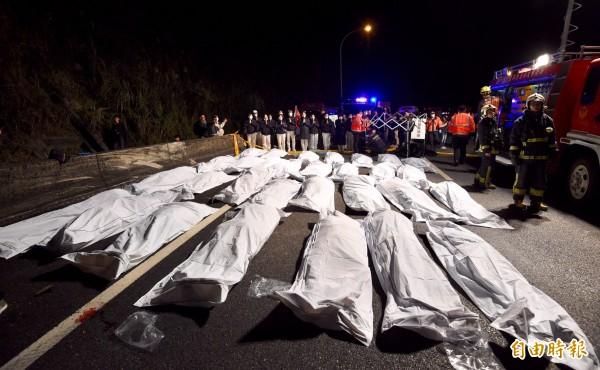 今天晚上9時許,隸屬台北市蝶戀花旅行社的一輛遊覽車,行經國道五號接國道三號、南下往木柵的大轉彎處時,因不明原因翻落邊坡。遊覽車內共有44人,其中32人死亡,12人受傷送醫。(記者羅沛德攝)