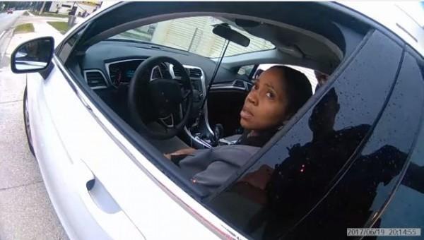 非裔女檢察官遭警方隨意攔停,再度引發警察種族歧視辦案的質疑(圖片擷取自「Orlando Police Department」YouTUBE)