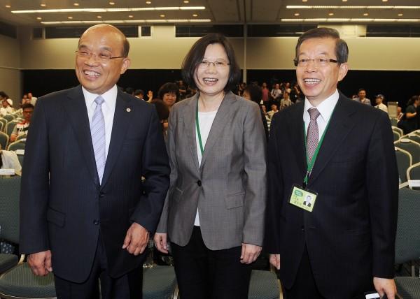 民進黨今(20日)日在台北國際會議中心舉行第十六屆第一次全國黨員代表大會,黨主席蔡英文(中)、前黨主席蘇貞昌(左)、前行政院長謝長廷(右)在會前開心互動。(記者廖振輝攝)