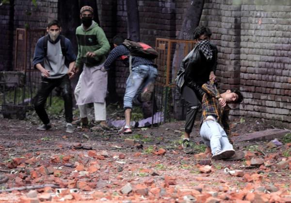 當地抗議群眾遭武裝部隊攻擊受傷。(歐新社)