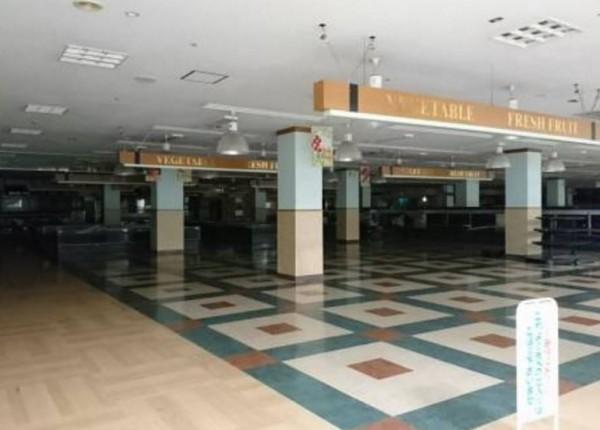 日本岐阜縣的百貨賣場LC World本巢,賣場內107間店面竟然只有1間營業,模樣形同廢墟。(圖擷取自@yogoren推特)