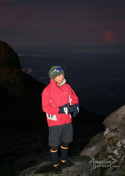 罹難的嚮導沙平吉被落石擊中,仍不忘職責,督促帶領的登山遊客趕緊下山,最後因錯失救援,傷重不治。(圖擷取自Amazing Borneo臉書專頁)