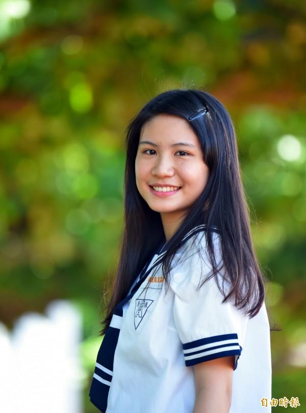 台東高商女學生李宜霞說,就是喜歡校服這種水手服的設計感。(記者黃明堂攝)