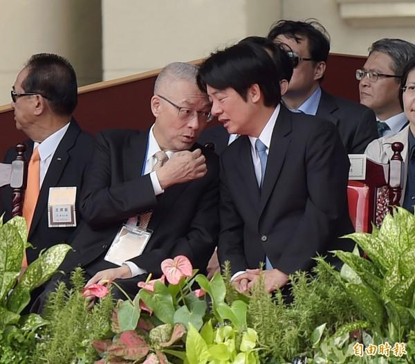 國民黨主席吳敦義與行政院長賴清德,兩人不斷交頭接耳,還不時互拍對方的手,互動十分熱絡。(記者黃耀徵攝)