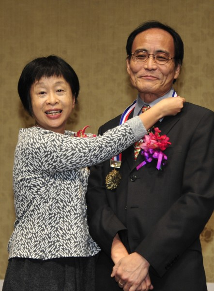 第37屆吳三連文學獎頒獎典禮,李昂(左)頒獎給散文家林文義。(記者潘少棠攝)