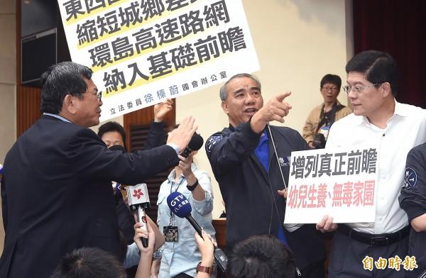 針對國民黨在立法院杯葛前瞻基礎建設計畫的作為,台灣智庫調查有50.3%的受訪者表示不認同。圖為26日審查情形。(資料照,記者廖振輝攝)