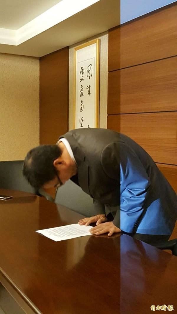 光復中學校長程曉銘再次向大眾鞠躬致歉,並辭去校長職務。(記者蔡彰盛攝)