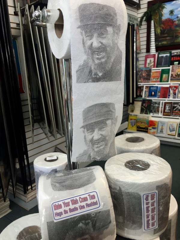 美國邁阿密小哈瓦那的一家禮品店,推出印有卡斯楚頭像的捲筒衛生紙,包裝上還寫著「讓你夢想成真」。(中央社)
