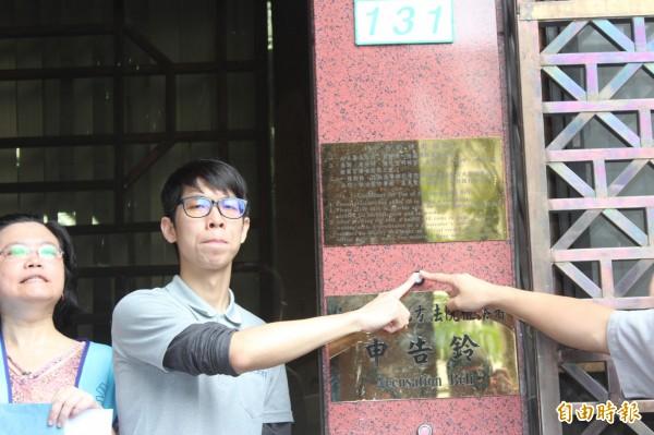 大愛台前員工黃聖智不滿自己被強制資遣,到台北地檢署按鈴控告。(資料照,記者吳昇儒攝)