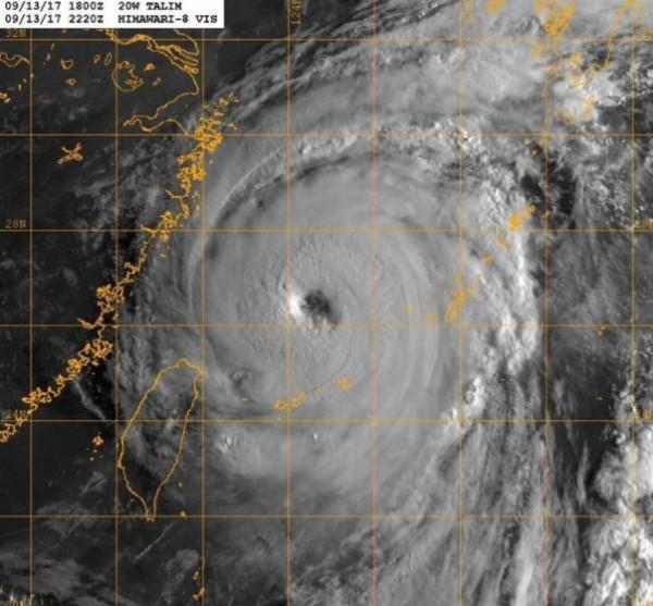 泰利颱風持續增強。(擷取自鄭明典臉書)