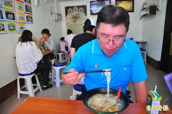 老友麵口感獨特,顧客吃得津津有味。(記者劉禹慶攝)