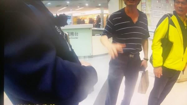 李永得在台北轉運站內便利商店前,穿著拖鞋、看到警察後行動倉促,員警覺得有些可疑,因此上前做例行盤查,引起李永得不滿。(資料照,記者鄭景議翻攝)