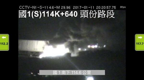 國道1號頭份路段晚間8時30分左右傳車禍意外,並發生火燒車。(圖取自臉書《爆料公社》)