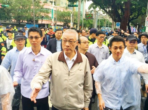Chinese Nationalist Party (KMT) Chairman Wu Den-yih, center, arrives outside the Legislative Yuan in Taipei yesterday to meet campaigners holding a non-stop protest against proposed pension reforms that would affect public servants, public-school teachers and veterans. Photo: Cheng Hung-ta, Taipei Times
