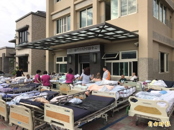 南門護理之家清晨火警,醫護人員緊急疏散住民。(記者蔡宗憲攝)