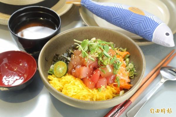想吃代表夏威夷經典口味的阿囉哈波奇,在櫃台旁就要拿這隻藍色細長的魚(圖右上)才能吃得到喔!(記者陳宇睿攝)