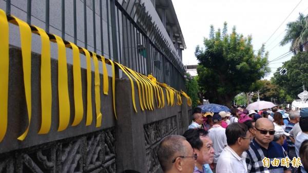 張榮味今早入監,大批民眾綁黃絲帶送行,500警力築戒備網。(記者廖耀東攝)