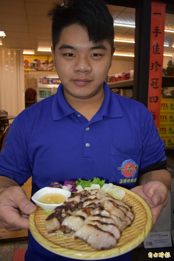 鹹豬肉料理過程簡單,醃製時不能忽略蒜頭。(記者張瑞楨攝)