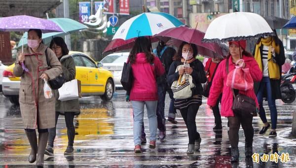 氣象局指出,今天入夜後中部以北地區及南部山區降雨機率會再提高,不穩定的天氣將持續到17、18日。(資料照,記者劉信德攝)