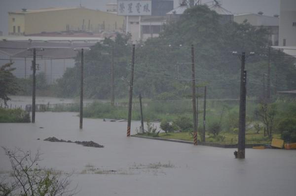 台南暴雨,仁德低窪地區淹水嚴重,一片汪洋。(記者吳俊鋒攝)