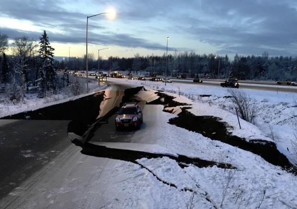 安克拉治道路出現嚴重崩塌毀損災情。(圖擷自推特)