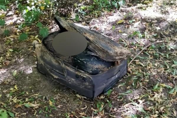 莫斯科上個月驚傳2起命案,由於受害者皆為女性,皆被棄屍在黑色行李箱內,引起當地人心惶惶,外界懷疑是否有連環殺手出現。圖為第1起的命案現場。(圖擷取自俄媒《RBK》)
