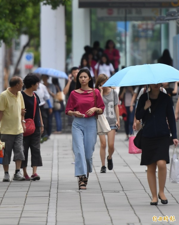 今天各地多雲時晴,白天各地高溫約32至34度,不過晚起隨颱風接近,迎風面的北部及宜花地區會有陣陣風雨出現。(資料照,記者黃志源攝)