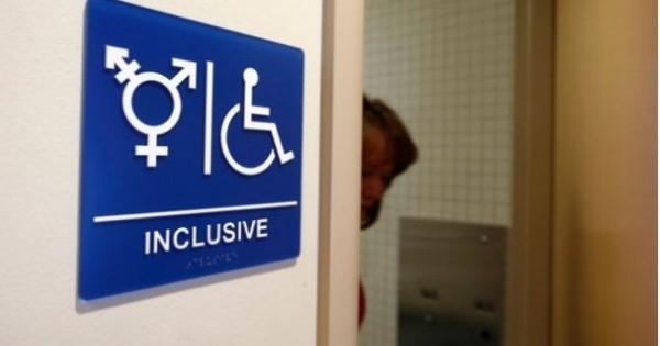 美國最高法院今天表示,跨性別者權益官司仍在上訴程序期間,推翻下級法院原先同意自由選擇廁所的命令。(路透)