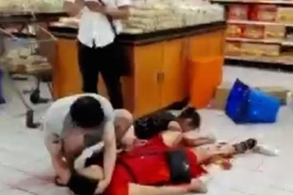 中國廣東深圳西鄉鹽田的沃爾瑪超市,16日晚間8時55分許,一名男子持刀隨機砍人,導致2人死亡、9人受傷。(圖擷取自微博)